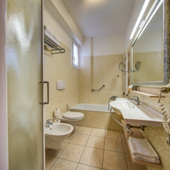 https://www.hotelconcord.it/wp-content/uploads/2016/06/Bagno-camera-tripla.jpg